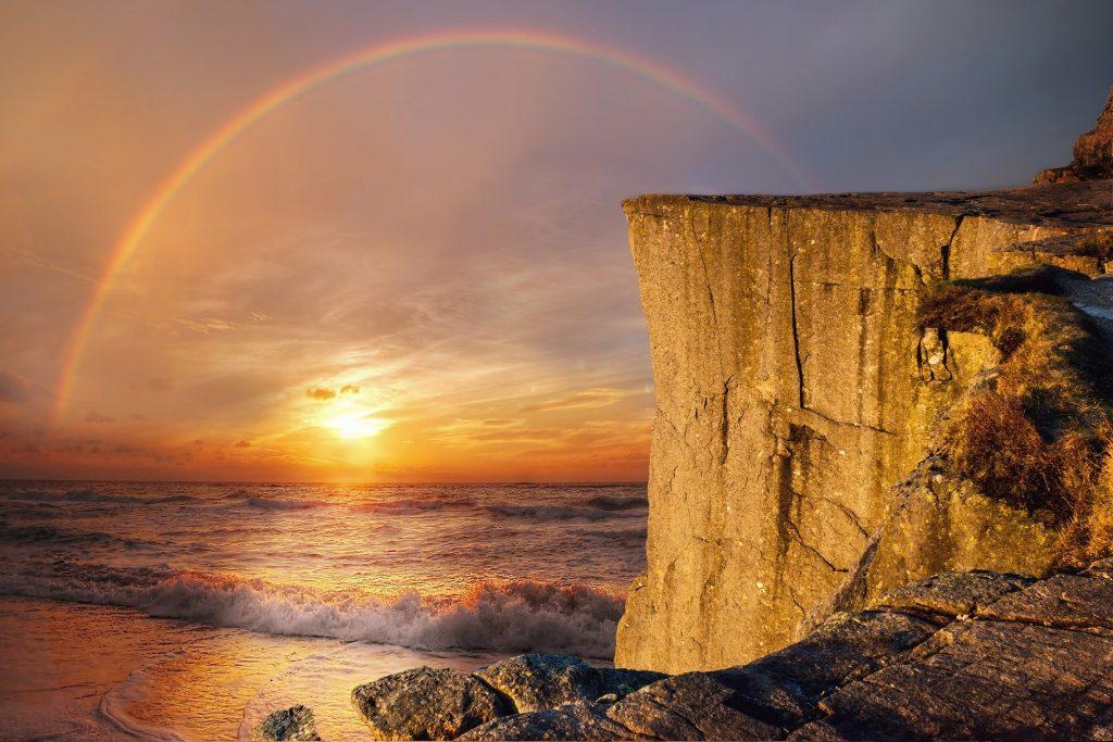 Regenbogen über einem Felsen